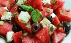 Арбузный салат с оливками и мятой
