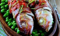 Барабулька, запеченная с ветчиной в томатном соусе