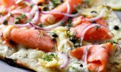 Белая пицца с копченой семгой и моцарелой
