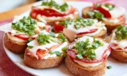 Бутерброды с колбасой и хреном