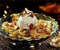 Десерт из яблочных чипсов с мороженым
