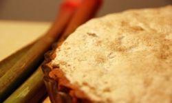 Десерт из ревеня с меренгами