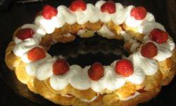 Десерт из заварного теста с клубникой