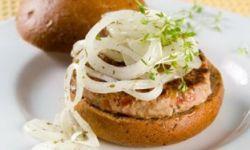 Гамбургеры гриль с маринованным луком