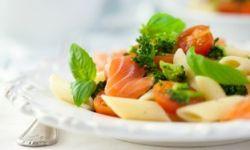 Горячий салат с макаронами и лососем