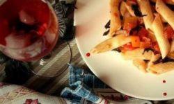 Холодная паста с помидорами и базиликом