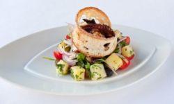Хрустящий салат из осьминога с картофелем и помидорами черри