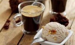 Кофе с корицей и шоколадным соусом