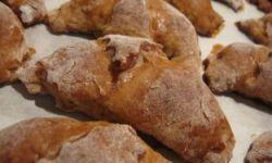 Круассаны-рогалики из творожного теста с малиновой начинкой