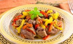 Куриная печень, жаренная с луком и болгарским перцем
