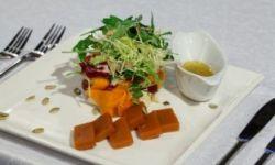Микс салата с тыквенным мармеладом и сыром рокфор