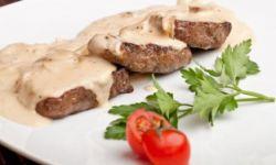 Мясо с перцем, запеченное под сметанным соусом