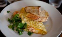 Омлет с копченым лососем и лимоном
