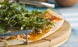Пицца с цукини и руколой
