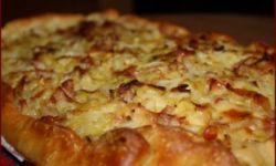 Пирог из молодой капусты с сыром и беконом