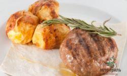 Рубленый бифштекс из телятины с печеным в беконе картофелем