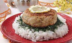 Рыбные биточки с луковым соусом