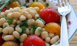 Салат из белой фасоли с анчоусами и помидорами черри
