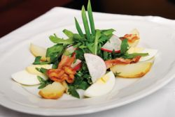 Салат из рукколы с молодым картофелем