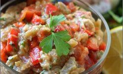 Салат из запеченных баклажанов и перцев с соусом тхина