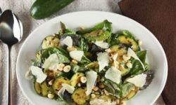 Салат с цукини и фундуком