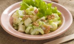 Салат с яблоками, руколой и грецкими орехами