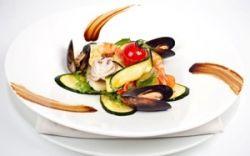 Салат с морепродуктами, карпаччо из цуккини и лимонным соусом
