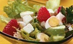 Салат с перепелиным яйцом и малиной