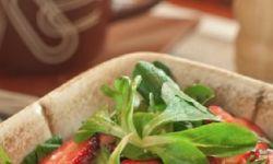 Салат с руколой и клубникой