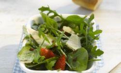 Салат со шпинатом, малиной и фетой