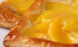 Слойки с ванильным заварным кремом и персиками