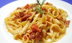Тальятелле с панчеттой, салями и помидорами