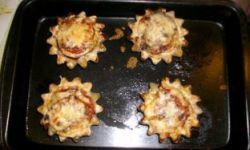 Тарталетки с баклажанами и помидорами под сыром