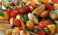 Теплый салат из мини-овощей и цикория