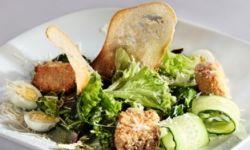 Теплый салат с лососем и семенами кунжута