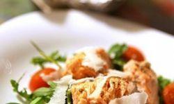 Теплый салат с семгой, запеченными черри и рукколой