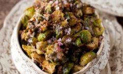 Тушенная брюссельская капуста с каперсами, грецкими орехами и анчоусами
