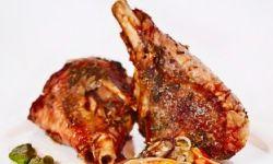 Тушеные ножки индейки с соусом и овощами на гриле