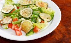 Вегетарианский салат с цукини и фасолью