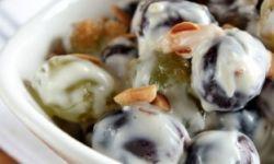 Виноградный салат со сливочным крем-сыром и миндалем