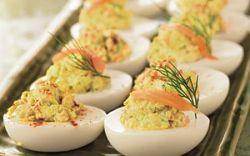 Запеченные яйца под томатным соусом с лососем