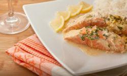 Запеченный лосось с йогуртовым соусом