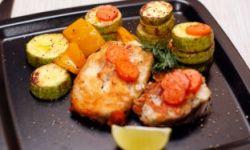 Жареная треска с овощами