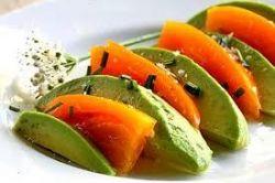 Жареный авокадо с острым йогуртом